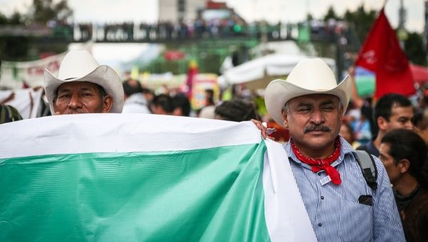 Yaqui Tribe members protest in Mexico City, demanding the release of their leaders (Clayton Conn/ Telesur)