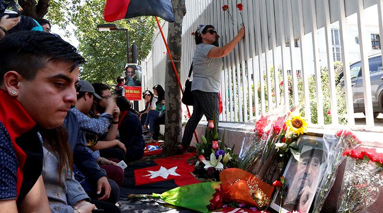 Rostros de tristeza y sentidos homenajes por la partida física de Fidel