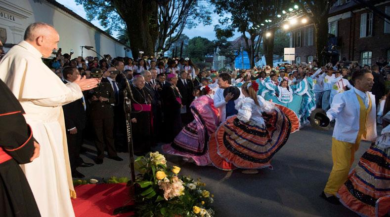 Colombia: Niño entregó bandera de Venezuela al Papa Francisco en Bogotá