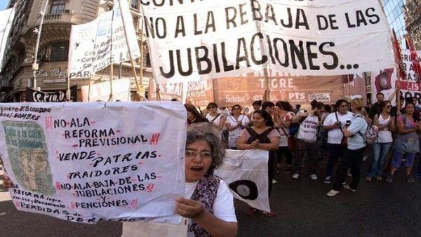 Argentinos se movilizaron hasta la Plaza del Congreso y otras ciudades del país para expresar su rechazo a la reforma con cacelorazos.