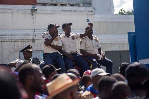 Funcionarios también salieron a las calles de Puerto Príncipe para reclamar sus derechos.
