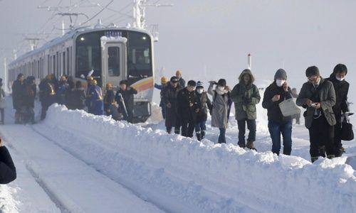 Japón: cientos de personas quedan atrapadas en un tren durante 15 horas