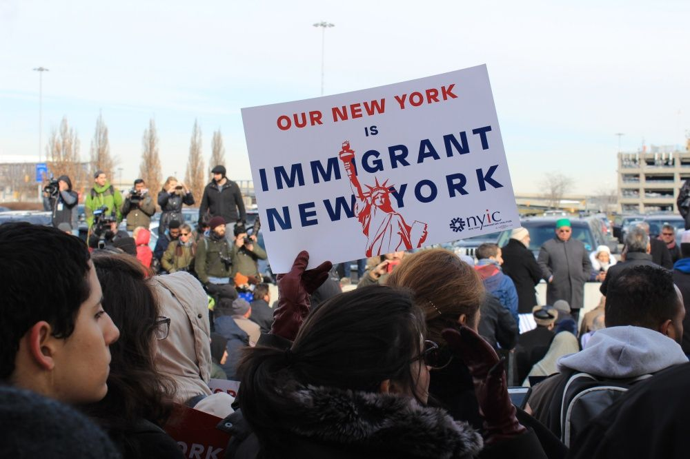 Levanta restricción de ingreso a refugiados de 11 países