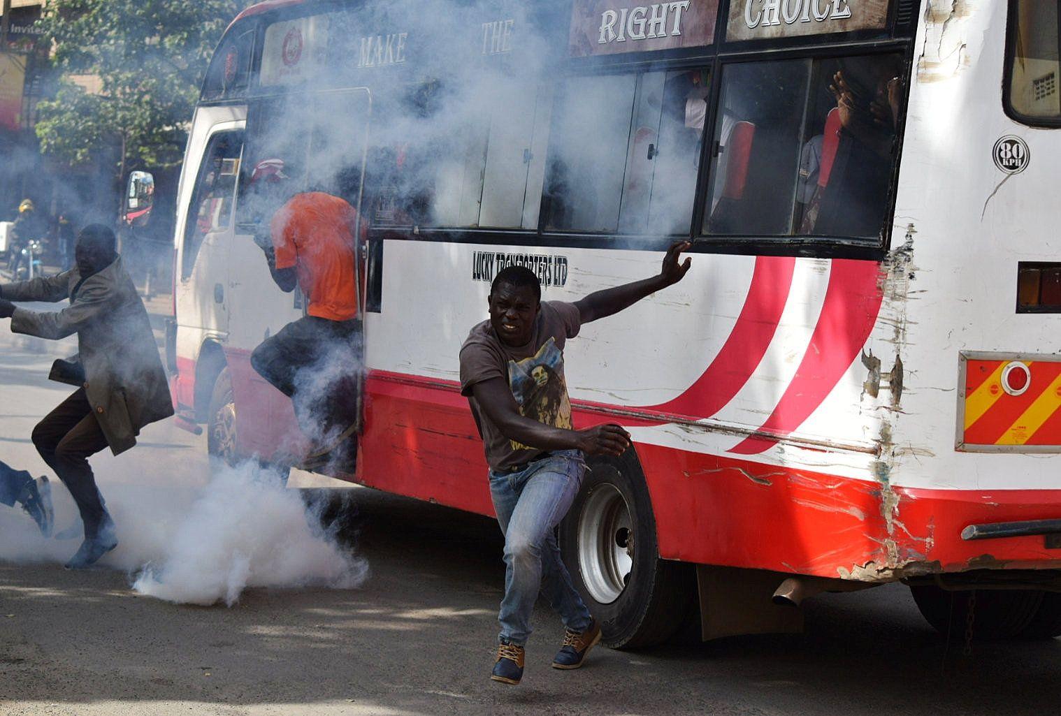 Líder opositor de Kenia jura como presidente del país