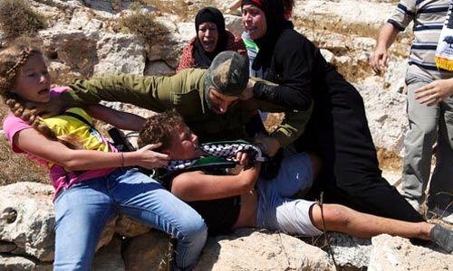 Joven palestina abofetea y golpea a dos soldados israelíes