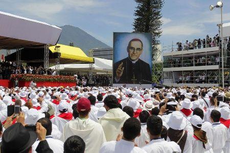 Salvadoreños rinden honor a su primer santo, monseñor Romero