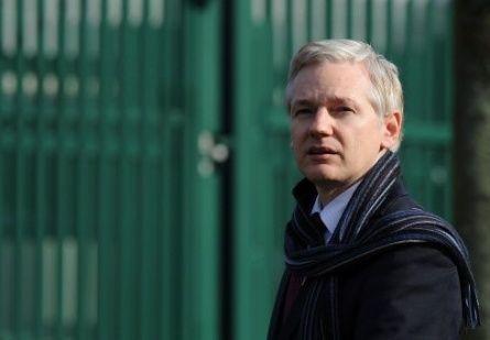 Ecuador está sorprendido por demanda de Julian Assange