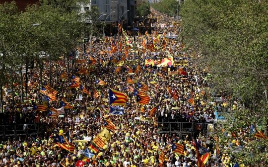 Catalan rally draws hundreds of thousands to the streets of Barcelona